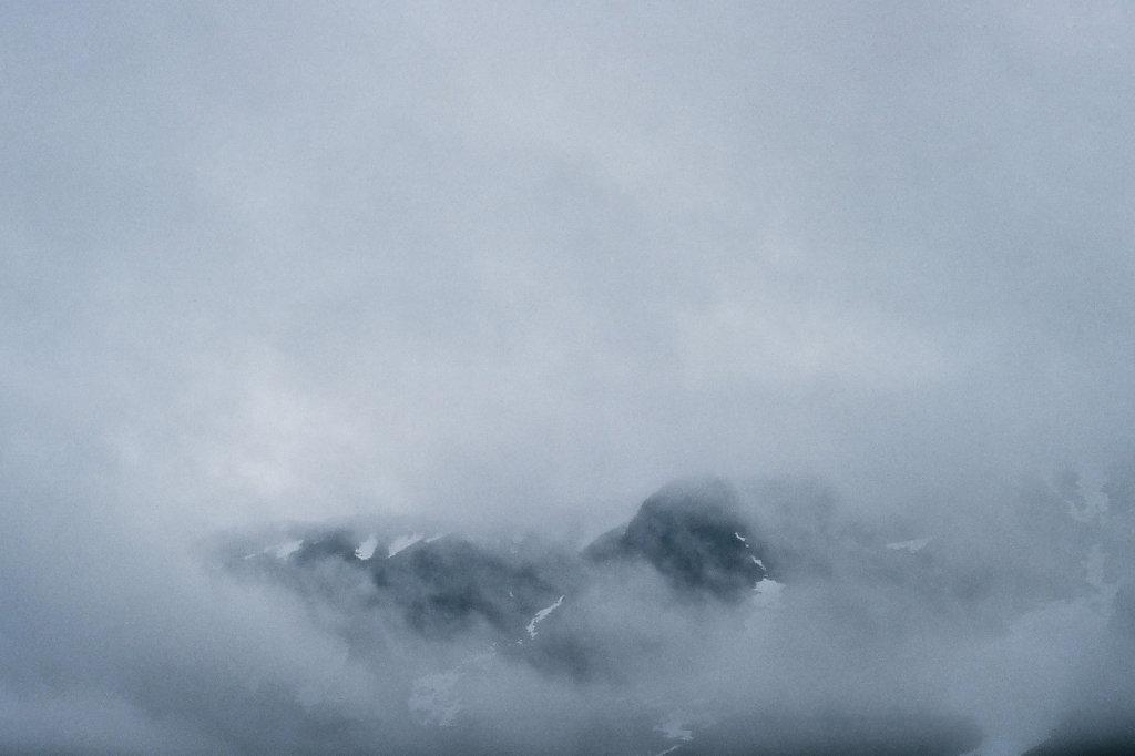 Скальный цирк горы Ангвундасчорр в облаке