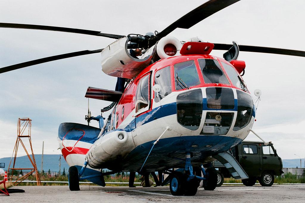 Вертолет в селе Ловозеро готовится к рейсу